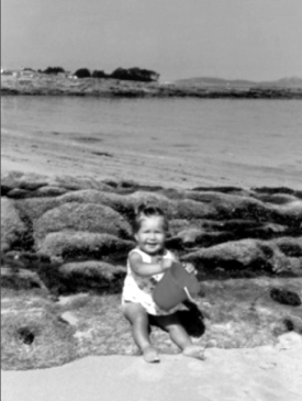 Mi hermana en la playa de las Barcas en 1970. Todavía no se había empezado la torre de Toralla y se ven sólo árboles.