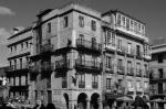 Casas con soportales en la Plaza de la Constitución