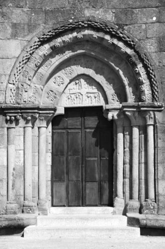 Portada de la iglesia románica de Santa María de Castrelos