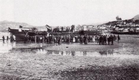 El Arenal con un barco varado de un astillero
