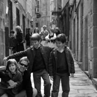 Alegres niños con su padre en la calle Cesteros