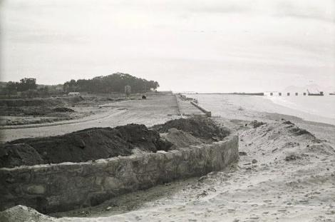 Playa del Vao en 1972. Obras del nuevo muro y al fondo  se distinguen también los pilares del futuro puente de Toralla