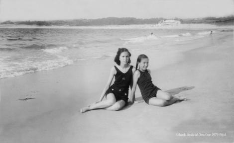 Mi madre y mi tía en 1942 con Samil al fondo completamente salvaje