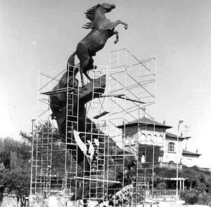 Colocación de los caballos de Oliveira en la Plaza de España