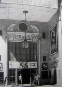 Cartel con la última película que se proyectó en el cine Fraga