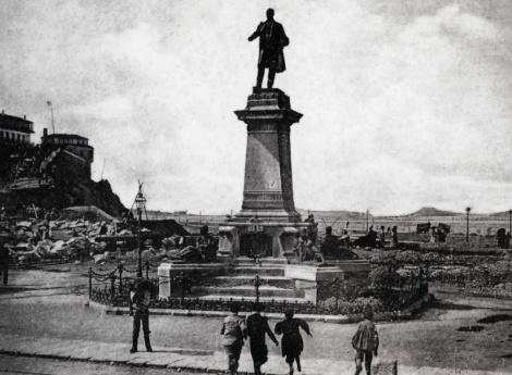 Estatua de Elduayen en Montero Ríos y Batería de la Laxe al fondo