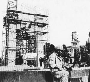 Colocación de la nueva escultura en la Plaza de América