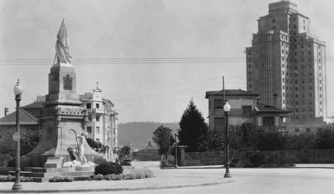 Plaza de España con el monumento a la Reconquista
