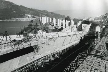 Colocación de los pilares de tierra en el Puente de Rande