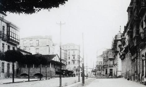 El antiguo mercado de madera en la Puerta del Sol, a la izquierda de la foto. Fotografía Pacheco