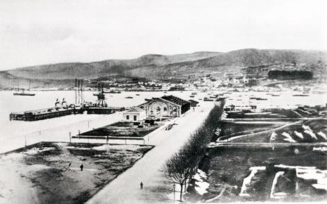 Muelle de madera y relleno de la Nueva Población en 1880.