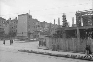 Obras de construcción del edificio Albo en el cruce de la Gran Vías con Urzáiz.
