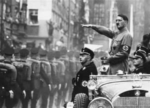 Adolf Hitler saludando a sus tropas nazis