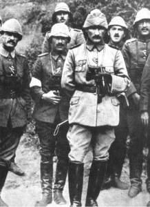 Mustafá Kemal Ataturk, futuro presidente de Turquía, como comandante de la 19.ª División otomana en 1915.