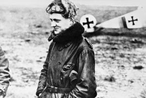 El Barón Rojo, Manfred Von Richthofen (1892-1918), junto a su avión