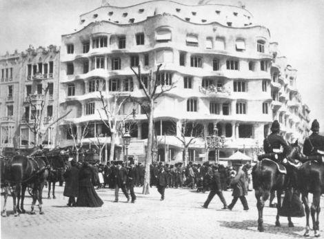 Casa Milà en 1911 cuando anún no se habían colocado los balcones