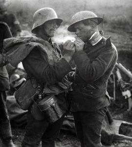 Imagen de un soldado alemán y uno inglés intercambiando un cigarrillo el día de Navidad de 1914.