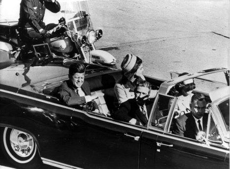 John Kennedy en el coche oficial momentos antes de ser asesinado