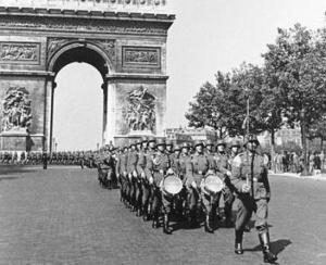Las tropas alemanas desfilan bajo el Arco del Triunfo en París