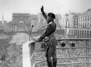 Mussolini desde el Palcio de Venecia en Roma