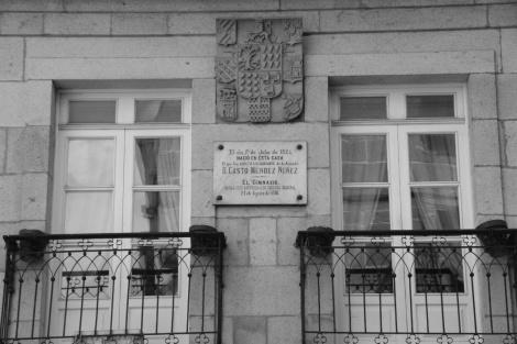 Placa en la casa natal de Casto Méndez Núñez con el escudo nobiliario de la familia. Fotografía Eduardo Galovart