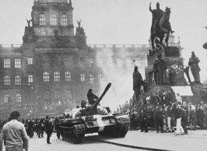 Tanques soviéticos en la Plaza de Wencesalo en Praga