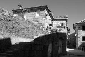 Calle Santiago y banco dos contos. Fotografía Eduardo Galovart