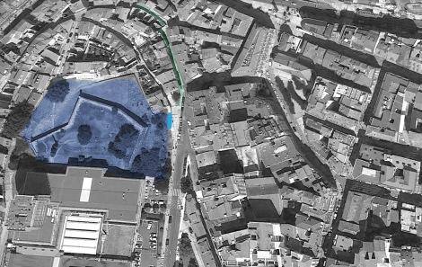 Ampliando la imagen de Google Earth se ve, al lado del castillo de San Sebastián en azul oscuro, un círculo azul más claro que señala la localización del banco