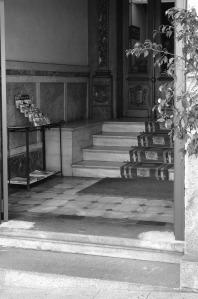 Vestíbulo del Hostal el Águila con sus antigua puerta de madera. Fotografía Eduardo Galovart