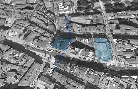 Imagen obtenida de Google Earth en la que se puede ver el trazado que tendría antiguamente el túnel de los Caños