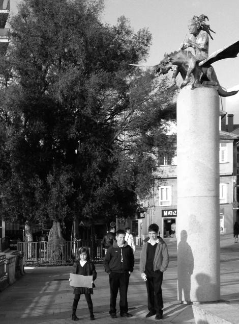 Javier, Jaime y Catalina ante el olivo del Paseo de Alfonso. Fotografía Eduardo Galovart