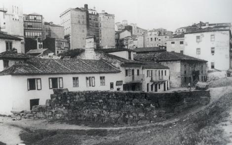 La calle Victoria con los antiguos edificios de Aduanas y Correos al final. Fotografía Pacheco