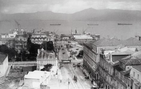 La calle Colón a principios del siglo XX. Se observa el Muelle del Comercio con sus grúas y un trozo de las vías. Fotografía Ángel llanos