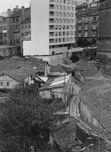 Ampliación de la foto anterior en la que se ve la salida del túnel, el edificio más alto de la zona en ese momento ( cruce de República Argentina y García Barbón ) y todas las antiguas dependencias de la Renfe
