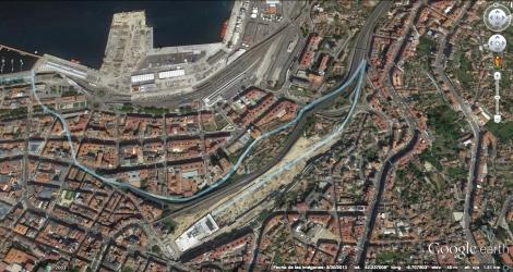 Imagen tomada de Google Earth donde se ve en azul el trazado del tren del puerto y la vía que sigue hasta la estación de Urzáiz, que se separan a la altura de la actual calle Maestro Chané.