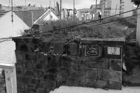 Cruce con la calle Callao con restos de un antiguo muro
