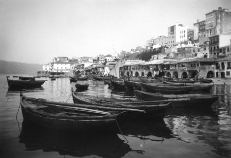 Embarcaciones fondeadas en el Berbés. Fotografía Pacheco de la misma época del grabado, con la playa y el baluarte de San Telmo al fondo.