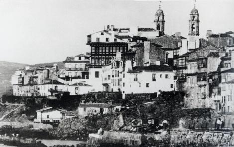 Esta fotografía está tomada poco tiempo después que se pintase el grabado. Ya se ha derribado el baluarte de San Telmo y se aprecian las obras del relleno.l