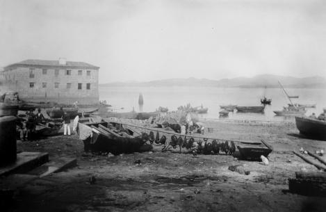 Otra imagen del Berbés en marea baja con el antiguo matadero. Fotografía Pacheco.