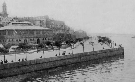 Otra fotografía más posterior del relleno de Montero Ríos y Cánovas del Castillo, ya con el mercado de la Laxe construido.