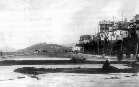 El relleno de Cánovas del Castillo con el monte de la Guía al fondo