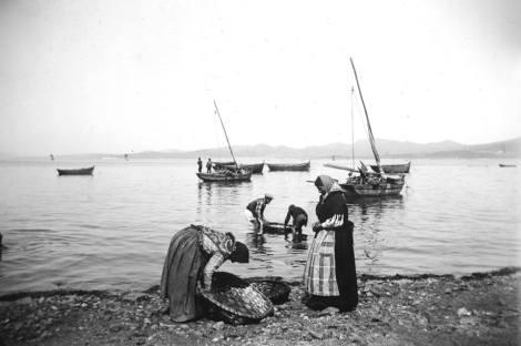 Mujeres con sus patelas para recoger la pesca. Fotografía Pacheco.