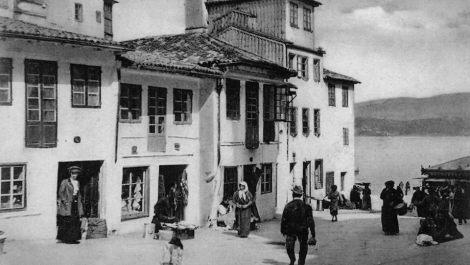 Plaza delante de la concatedral de Santa María. Las viviendas más habituales están encaladas y tienen poca altura.