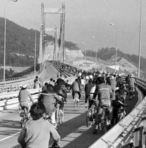 Varios vigueses cruzan el puente de Rande en bicicleta al día siguiente de la inauguración.