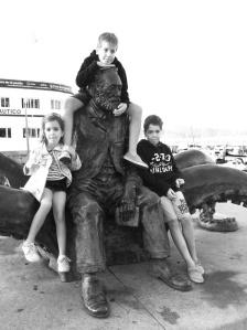 Escultura de Julio Verne, el amigo de los niños, en las Avenidas