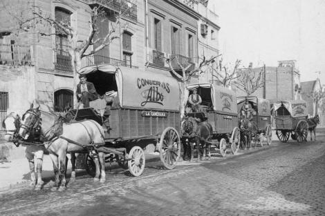 Carruajes dem conservas Albo en la calle de la Paz. Fotografía de la colección digital de Gerardo del Campo