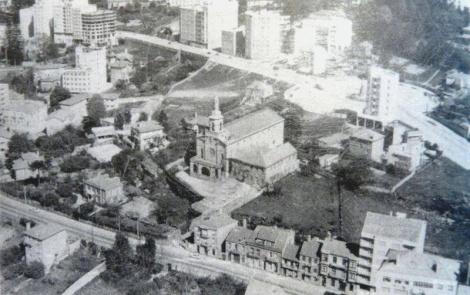 La iglesia de los Carmelitas en la época en la que se estaban trazando la calle Camelias y la plaza de la Independencia.