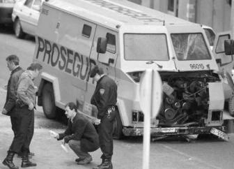 Imagen del estado en que quedó el furgón blindado atacado por los GRAPO. Fotografía Diario Atlántico