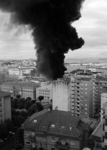 Incendio de la nave de Frigalsa en Beiramar visto desde un edificio de López Mora. Fotografía Rafael Galovart