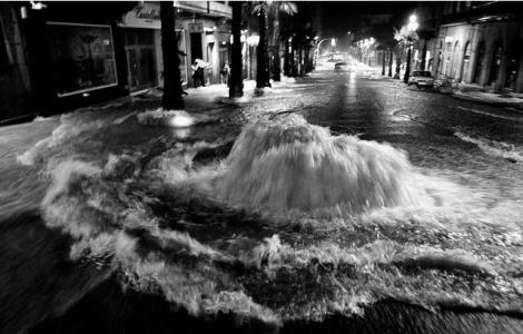 Desbordamiento del alcantarillado en la calle Colón, entre Areal y Rosalía de Castro; 1 m de altura de agua. Fuente La Voz de Galicia